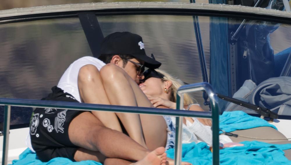 Danna Paola y Álex Hoyer comparten un beso en Ibiza