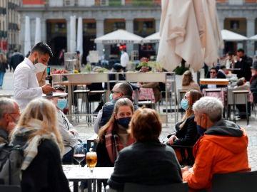 Varias personas sentadas en una terraza