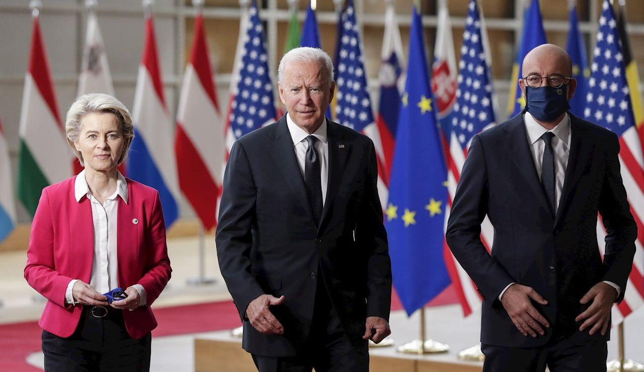 """Los presidentes del Consejo Europeo, Charles Michel (d) y de la Comisión Europea (CE), Ursula von der Leyen, (i) celebraron que Estados Unidos """"esté de vuelta"""" en la escena internacional al inicio de su cumbre con el mandatario estadounidense, Joe Biden"""