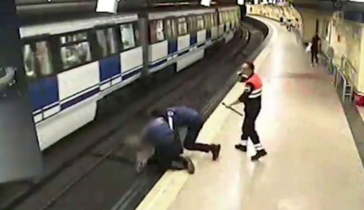 El video en el varios policías evitan el suicidio de una joven en el metro de Madrid