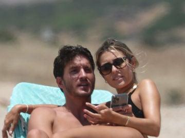 Anna Ferrer y Iván Martín enamorados en una playa de Cádiz