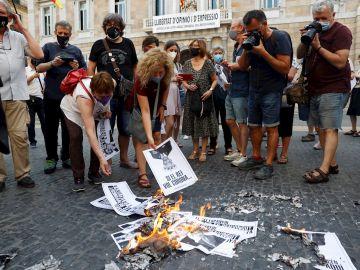 La ANC ha organizado hoy martes quemas de fotografías del rey Felipe VI en Barcelona en señal de protesta por la visita del monarca a la Ciudad Condal prevista para mañana miércoles