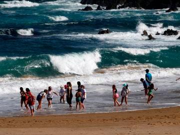 Niños bañándose en la playa de A Frouxeira, en Valdoviño (A Coruña)