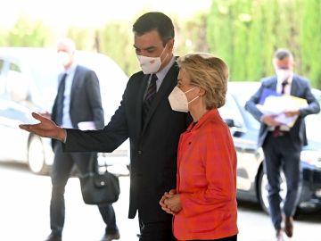 El presidente del Gobierno, Pedro Sánchez, recibe a la presidenta de la Comisión Europea, Ursula von der Leyen, este miércoles en la sede de Red Eléctrica Española en Madrid