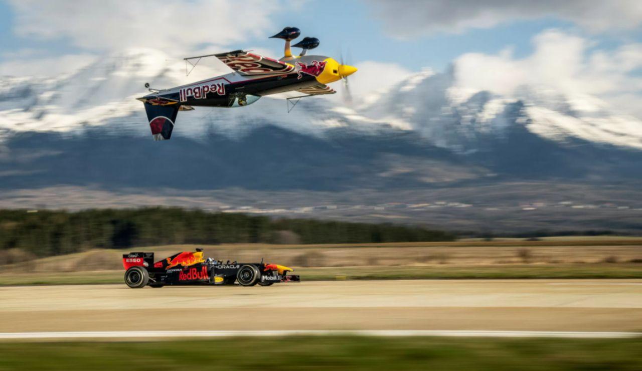 La increíble carrera entre un F1 y un avión invertido que protagonizan Coulthard y Martin Sonka