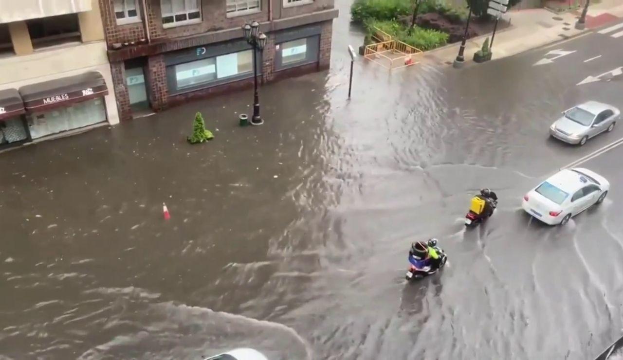El video de la espectacular tromba de agua que ha caído esta tarde en Oviedo