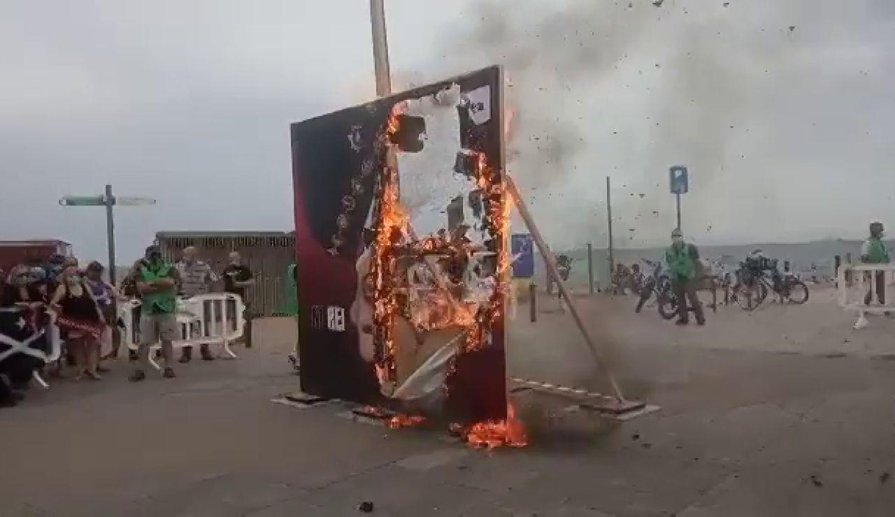 La ANC quema banderas del rey en protesta por su presencia en Barcelona