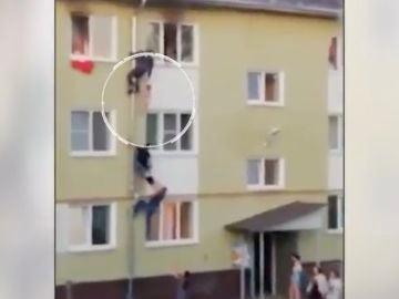 Rescatan a tres niños atrapados en un incendio en Rusia.
