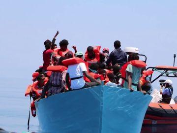 El barco de rescate Geo Barents continúa a la espera de poder desembarcar en Italia tras rescatar a más de 400 migrantes