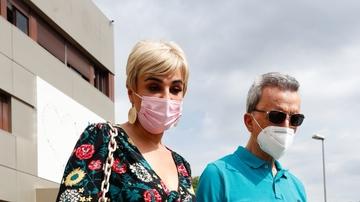 Ortega Cano recibe el alta y sale del hospital acompañado de su mujer Ana María Aldón