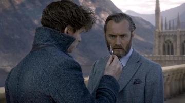 Eddie Redmayne y Jude Law como Scamander y Dumbledore en 'Animales Fantásticos'