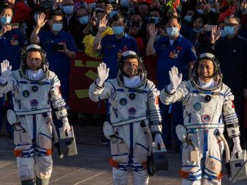 Los 3 astronautas chinos a borde de la Shenzhou-12