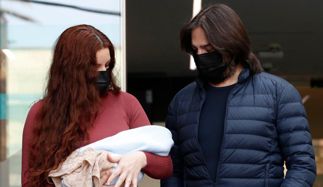 Joaquín Cortés y Mónica Moreno con su hijo recién nacido