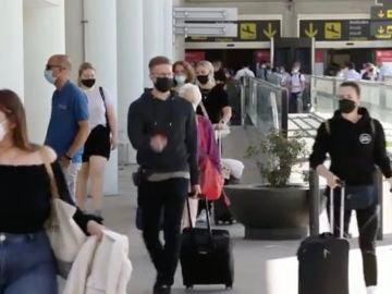 Turistas británicos podrían empezar a llegar a España con la modificación de las restricciones.