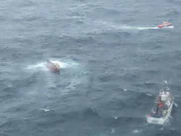 Muere 1 de los 9 tripulantes rescatados en el naufragio ocurrido en la costa gallega, hay un marinero desparecido