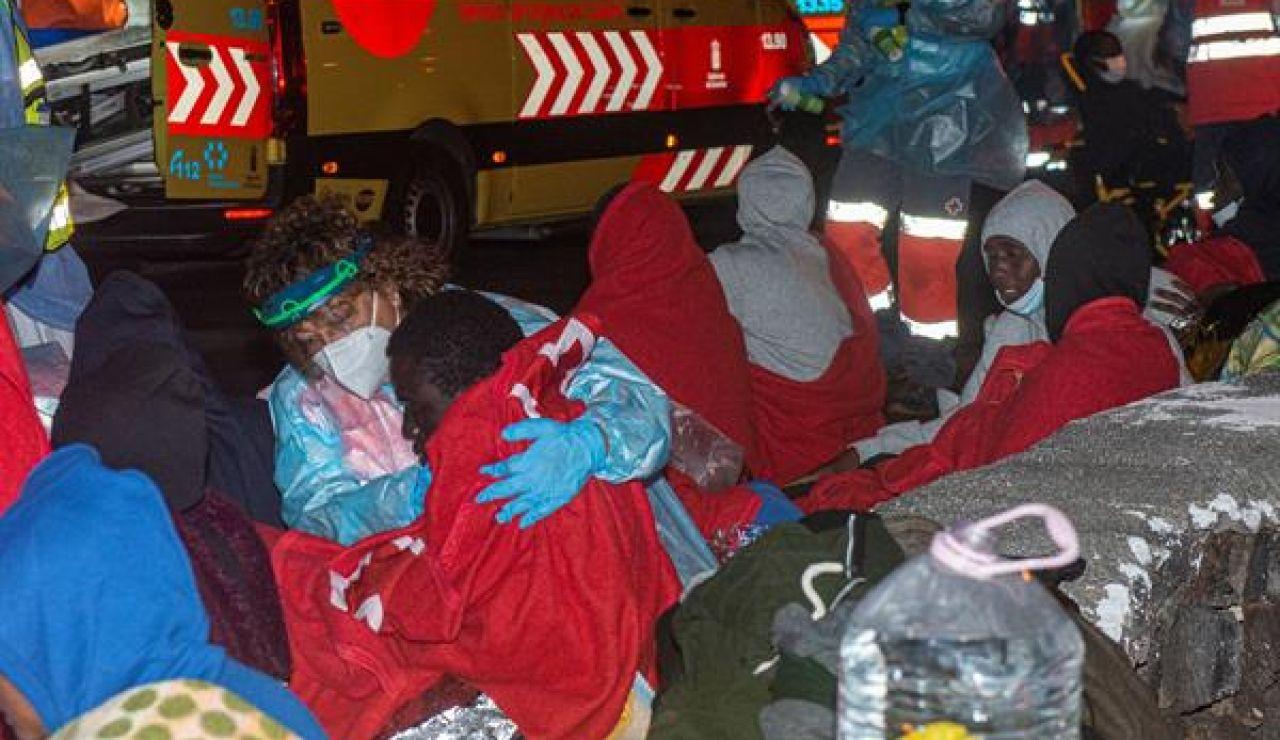 Dos mujeres y un hombre han muerto tras volcar una patera en Lanzarote