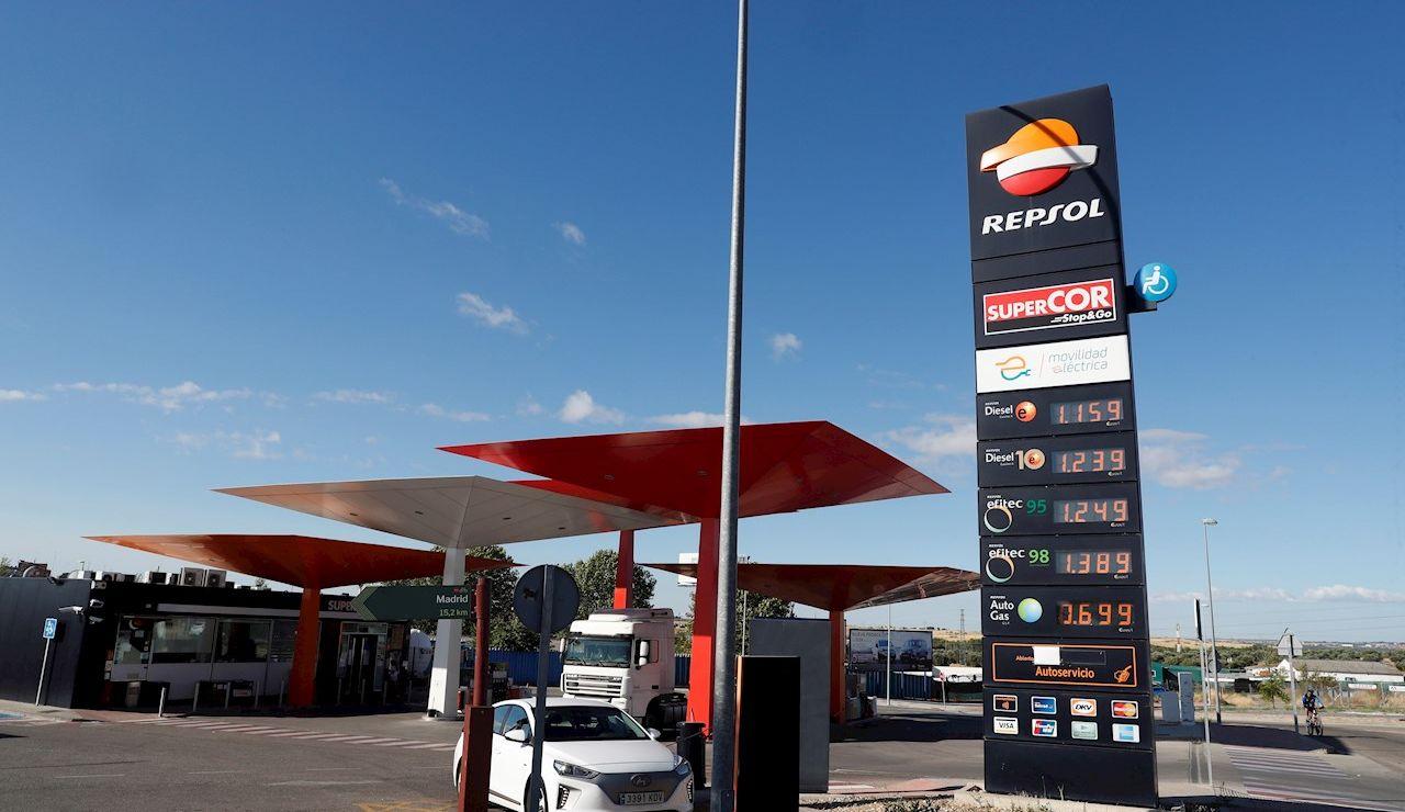 Varios conductores repostan sus vehículos en una gasolinera en Madrid