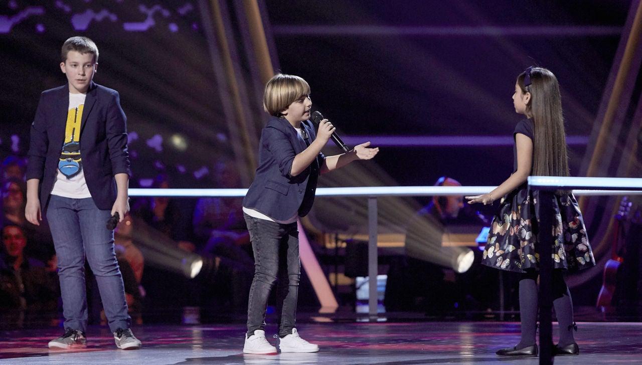 Santiago, Jesús y Alison cantan 'A puro dolor' en las Batallas de 'La Voz Kids'
