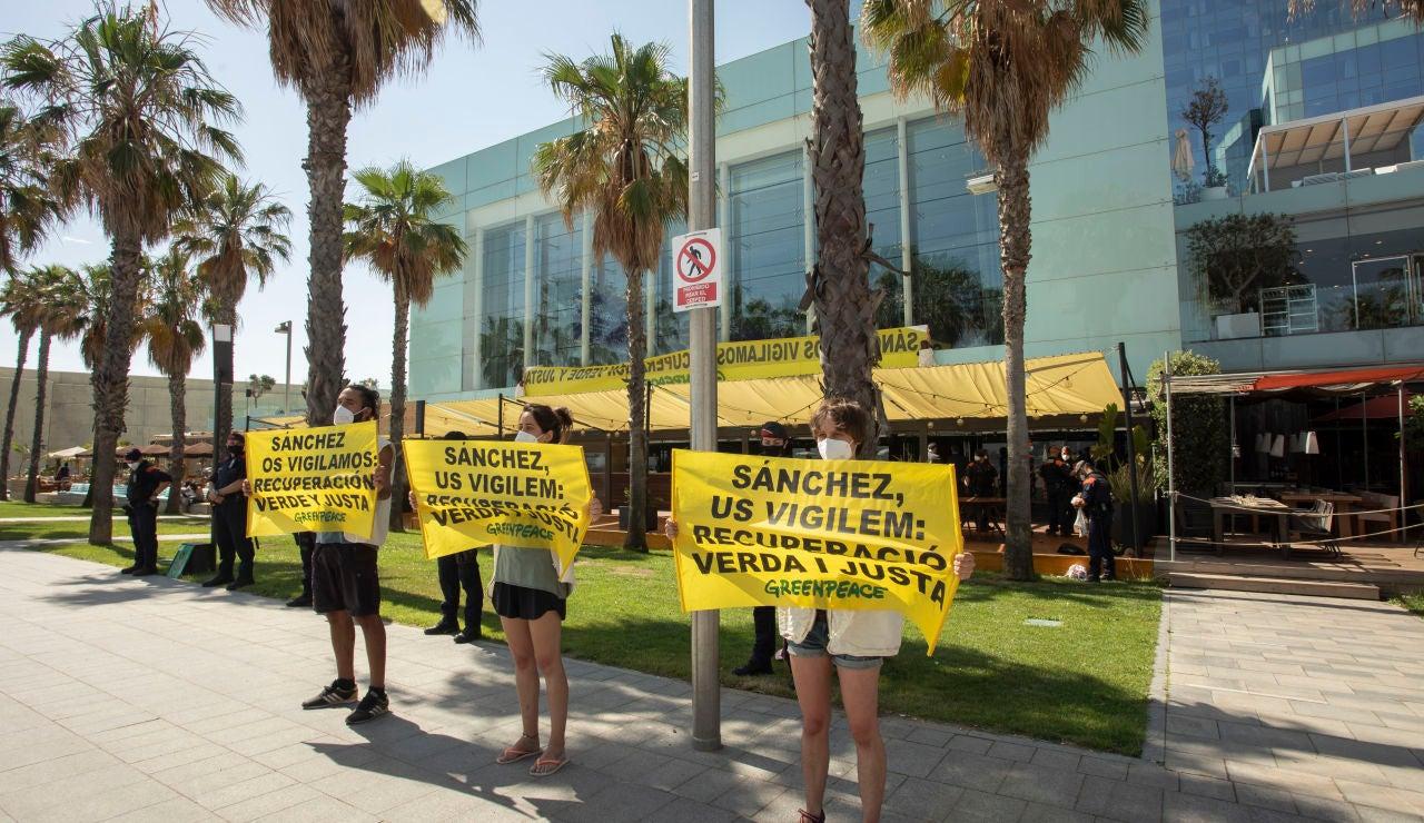 """Activistas de Greenpeace protestan ante Pedro Sánchez al que piden una recuperación económica """"verde y justa"""""""