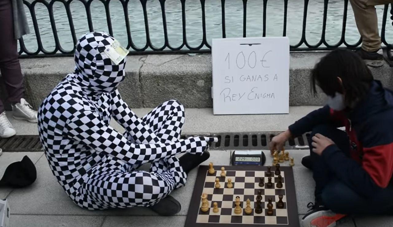 Rey Enigma, el misterioso ajedrecista anónimo que te da 100 euros si le ganas una partida en Madrid