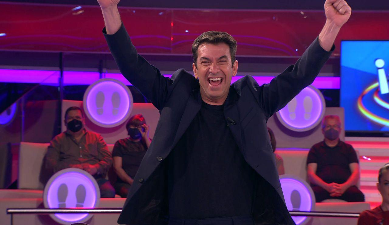 ¡Imposible contenerse! El apellido de un concursante desata hasta cinco bromas de Arturo Valls en '¡Ahora caigo!'
