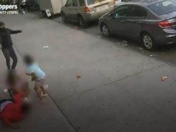 Un hombre dispara a otro a bocajarro y a plena luz del día en el Bronx con dos niños de por medio