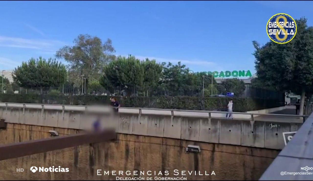Un bombero de Sevilla consigue evitar que un hombre salte al vacío