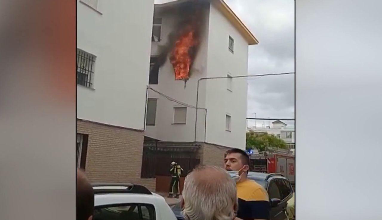 Rescatan a una anciana de 80 años del incendio en su vivienda en Écija