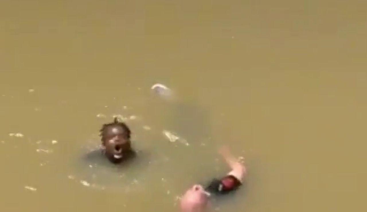 Así ha sido el rescate por parte de 3 senegaleses y un policía a un hombre que cayó a la ría de Bilbao