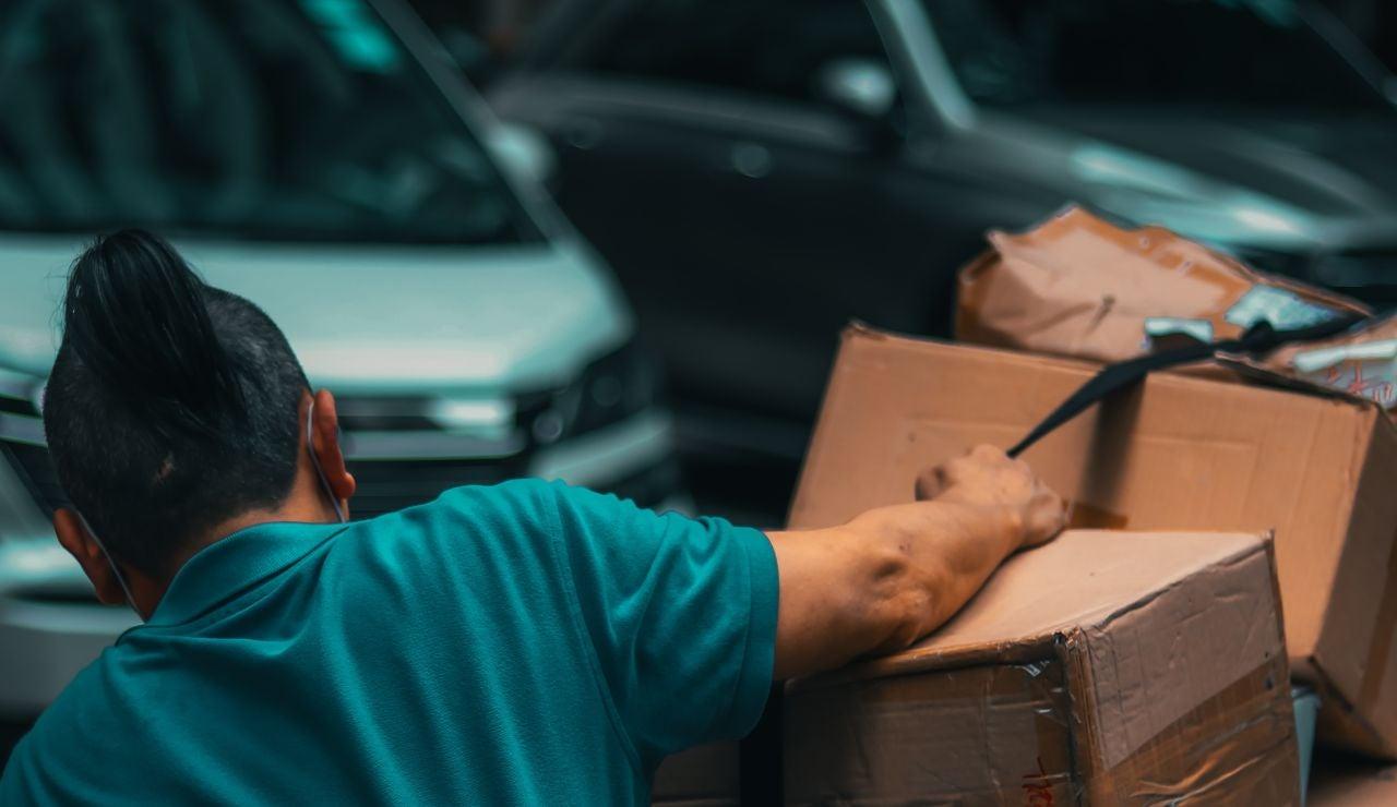 La historia detrás de Carlos, el transportista que ha escrito su currículum en una caja rota de Amazon