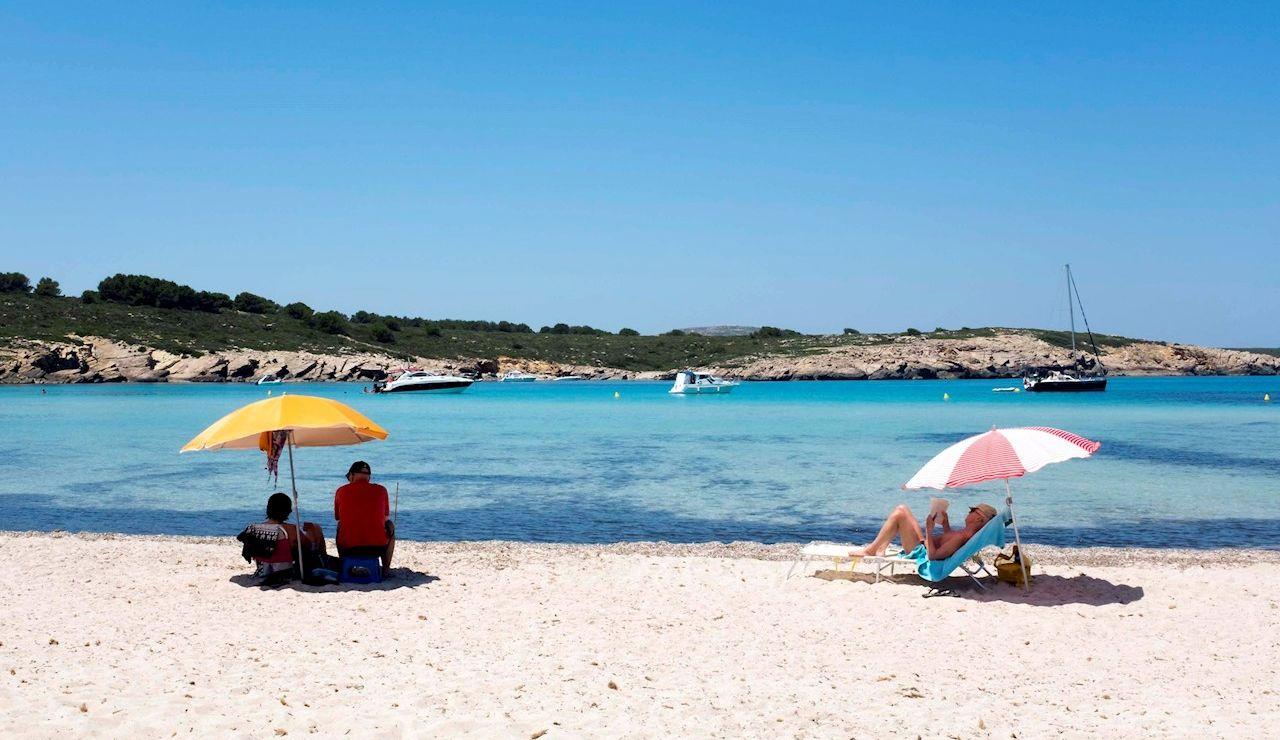 Turistas y bañistas disfrutan de las altas temperaturas en la playa de Son Parc