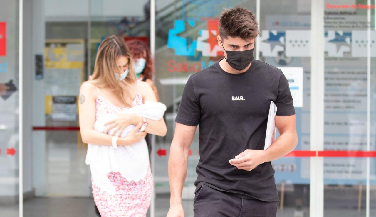 Las imágenes de Javier Tudela y su novia, Marina Romero, saliendo del hospital con su hijo
