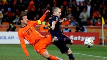 Van der Vaart no evita el gol de Iniesta en la final del Mundial 2010