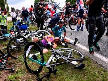 Varios ciclistas en el suelo tras la caída masiva en la etapa 1 del Tour de Francia