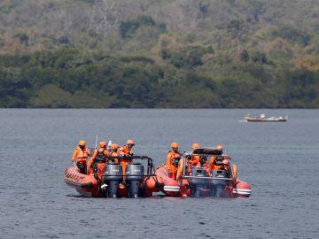 Al menos siete muertos tras el hundimiento de un ferry en Indonesia.