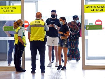 Pasajeros llegan al aeropuerto de Madrid Adolfo Suárez Barajas este jueves, fecha de inicio de la operación salida, que coincide con la reapertura de las terminales T2 y T3, con las que el aeropuerto recupera toda su operativa tras el cierre por la pandemia del coronavirus