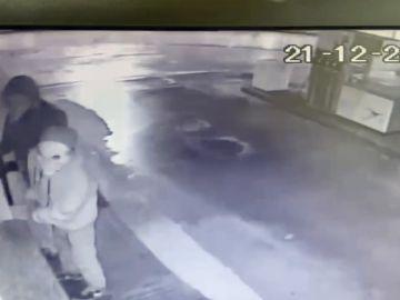 Con una máscara de payaso y armados con hachas, así entraron a roabr en varios supermercados de Lugo