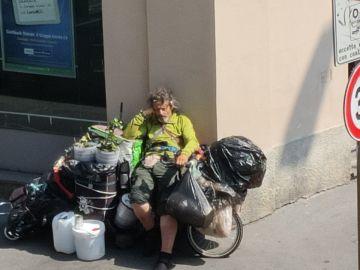 Los vecinos de Milán difunden fotografías para encontrar a la familia de Fernando, un indigente español