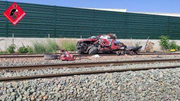 Los restos del coche tras ser arrollado por un tren