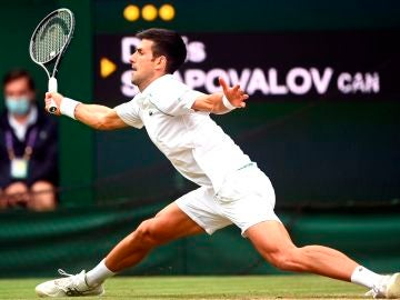 Novak Djokovic somete a Denis Shapovalov y se mete en la final de Wimbledon