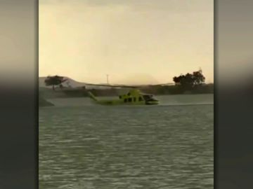 Un helicóptero cae al agua en Zaragoza cuando cargaba agua para un incendio