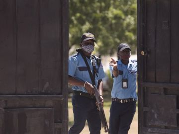 Guardias vigilan la morgue donde se encuentra el cuerpo del presidente Jovenel Moise