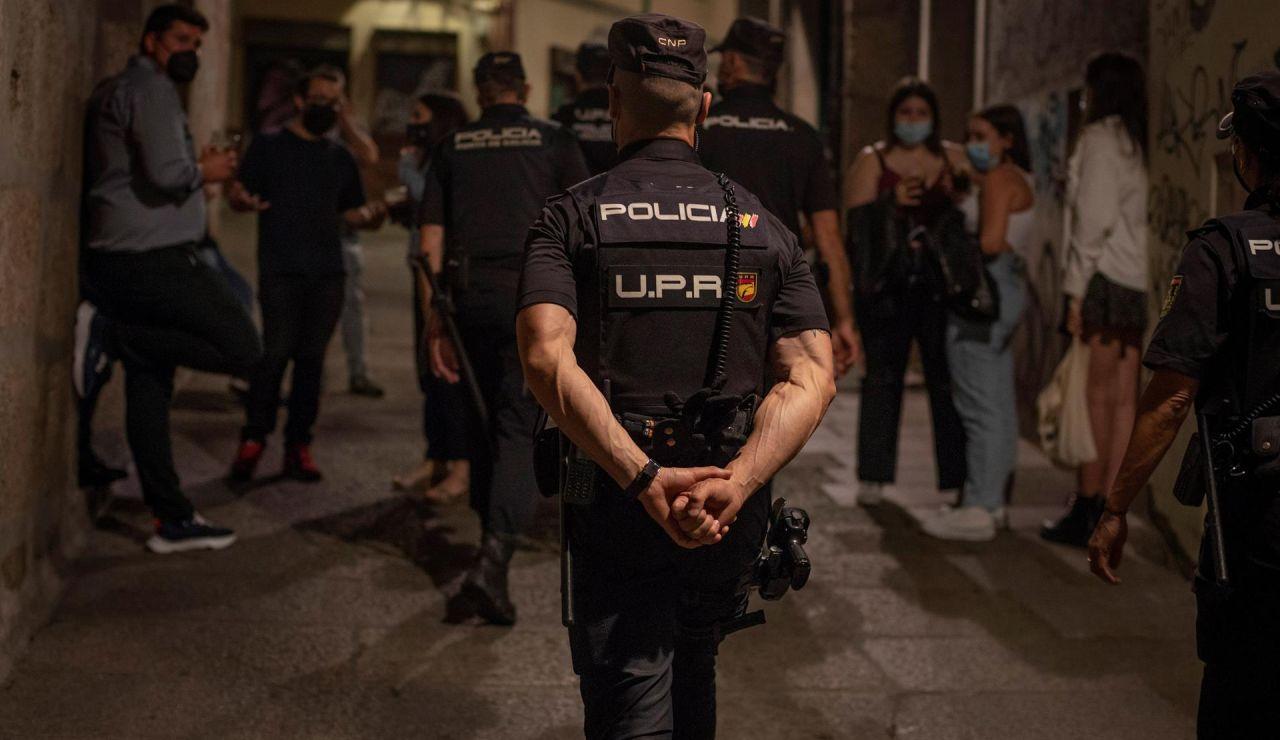 La Policía Nacional controla las calles para impedir los botellones y asegurar el cumplimiento de las medidas covid.