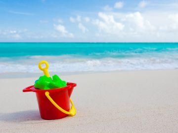 Cubos, palas y más juguetes de playa para que los niños disfruten este verano