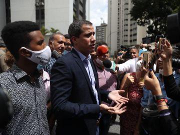 """Guaidó denuncia que la policía de Maduro entró en su casa """"con armas largas"""" y han intentado detenerle"""