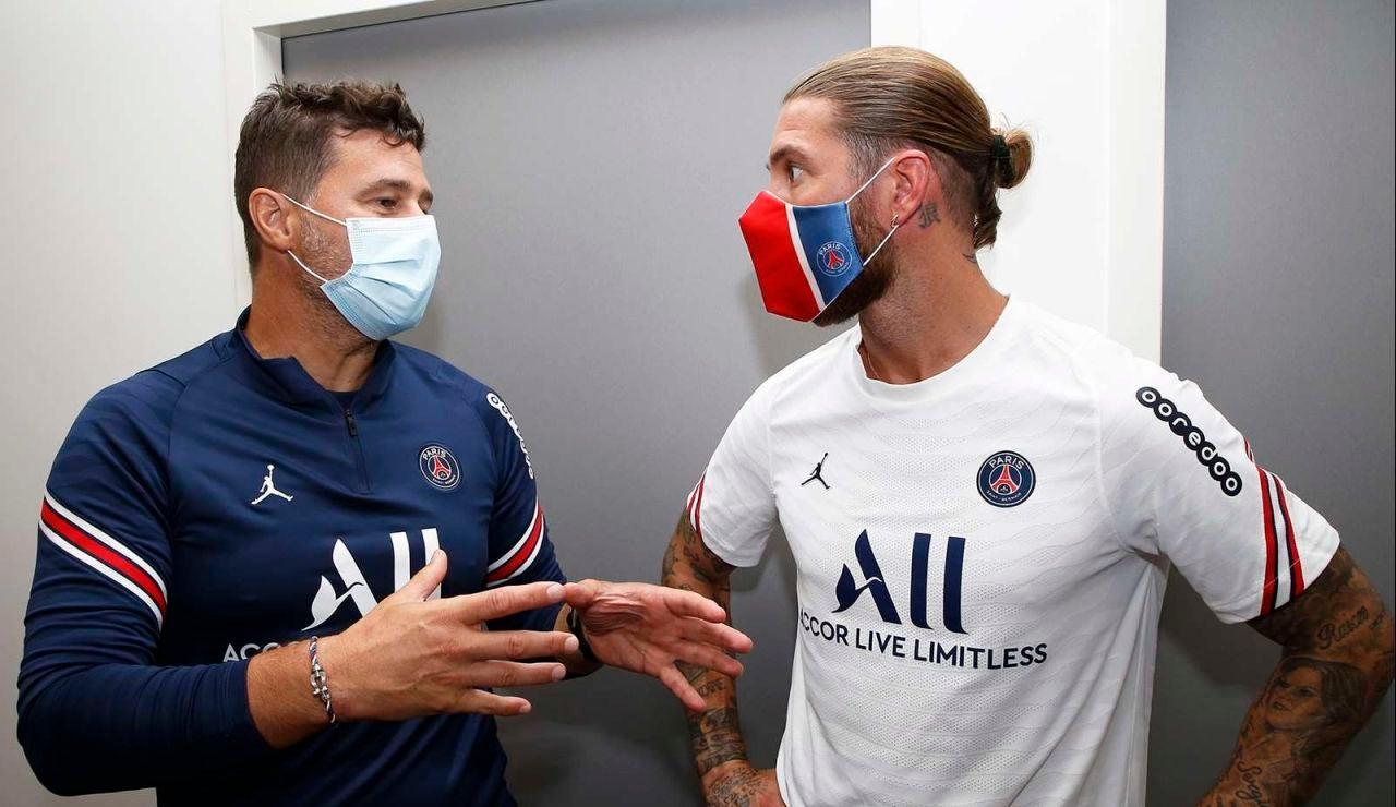 Sergio Ramos conversa con el entrenador del París Saint-Germain, Mauricio Pochettino