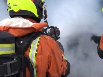 Bomberos apagan un incendio en Valencia