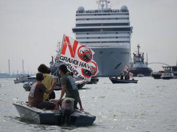 Italia prohíbe el paso de cruceros frente a Venecia a partir de agosto