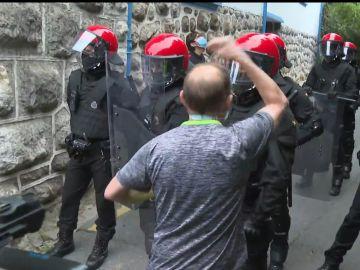 Un manifestante ante la Ertzaintza en Trapagaran