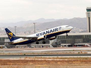 Un avión de la compañía Ryanair durante un despegue